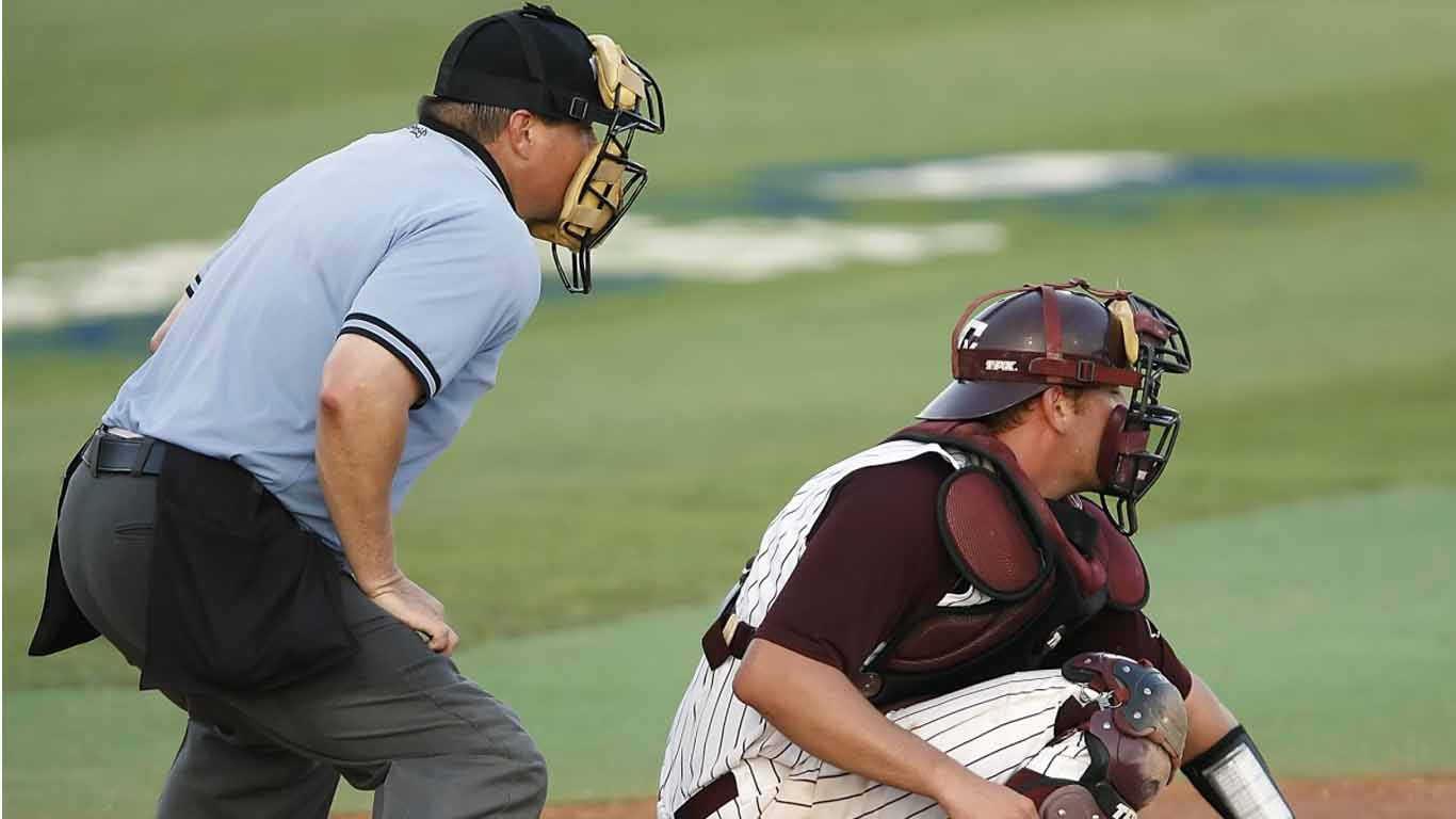 Softball Wasit (umpire)