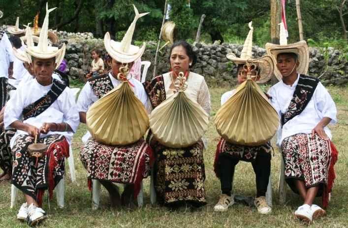 Pakaian Adat Nusa Tenggara Timur (Ti'i Langga, Kebaya, dan Amarasi)