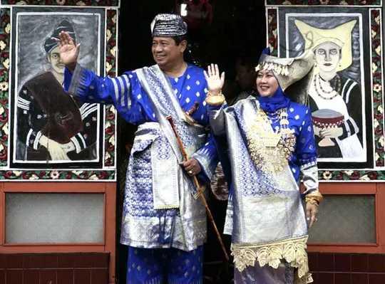 Pakaian Adat Sumatera Barat (Bundo Kanduang dan Penghulu)