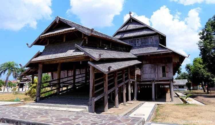 Rumah Adat Dalam Loka