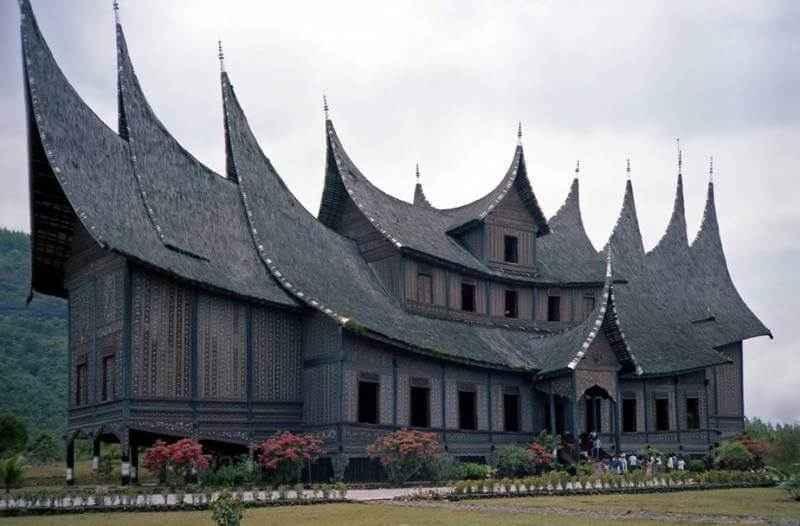 Filosofi Rumah Adat Sumatera Barat ( Rumah Gadang )