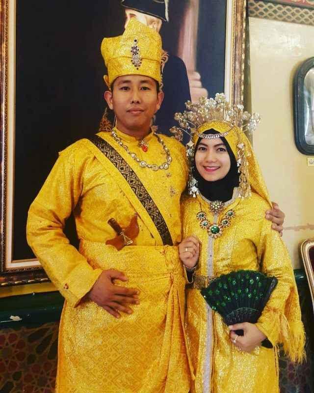 Pakaian Adat Suku Melayu (Baju Kurung dan Songket)