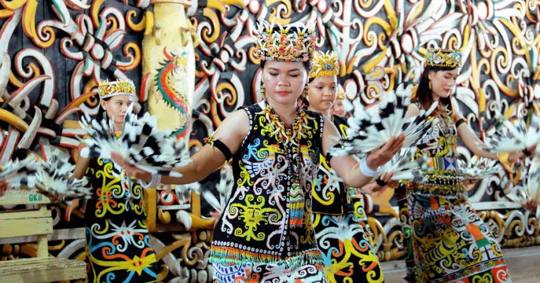 Perubahan Pakaian Adat Kalimantan Barat