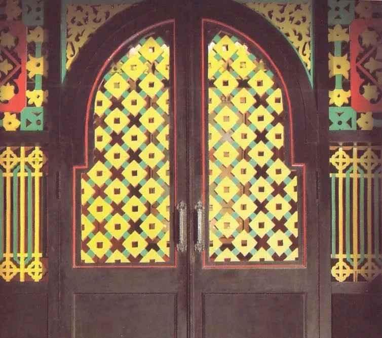 pintu rumah adat krong bade